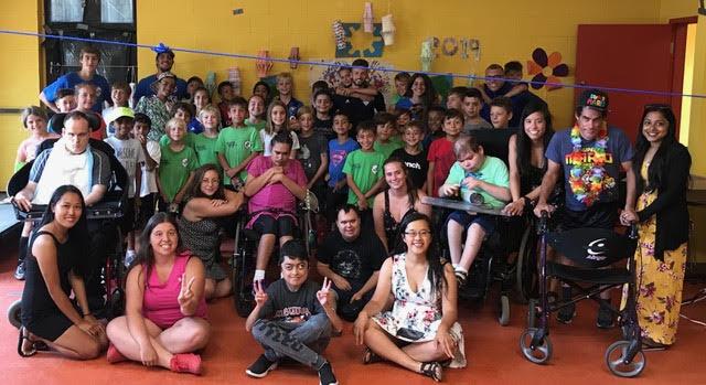 Touchant de voir le camp de Soccer de l'île Bizarre et le camp de Cœur ouvert pour les enfants handicapés s'assembler pour une journée de plaisir!